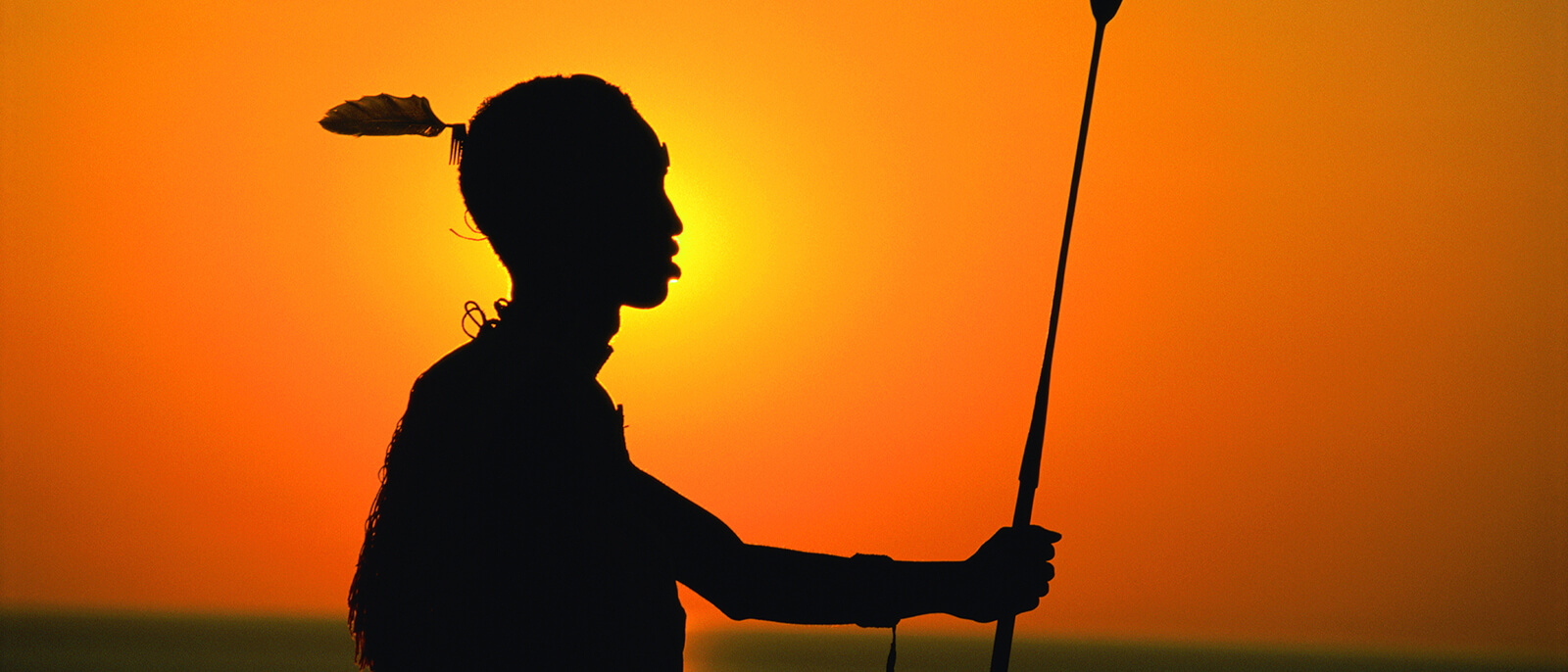 samburu krieger im sonnenuntergang als silhouette