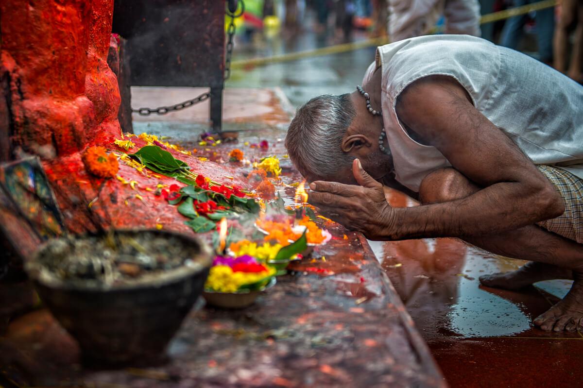 mann betet in indien