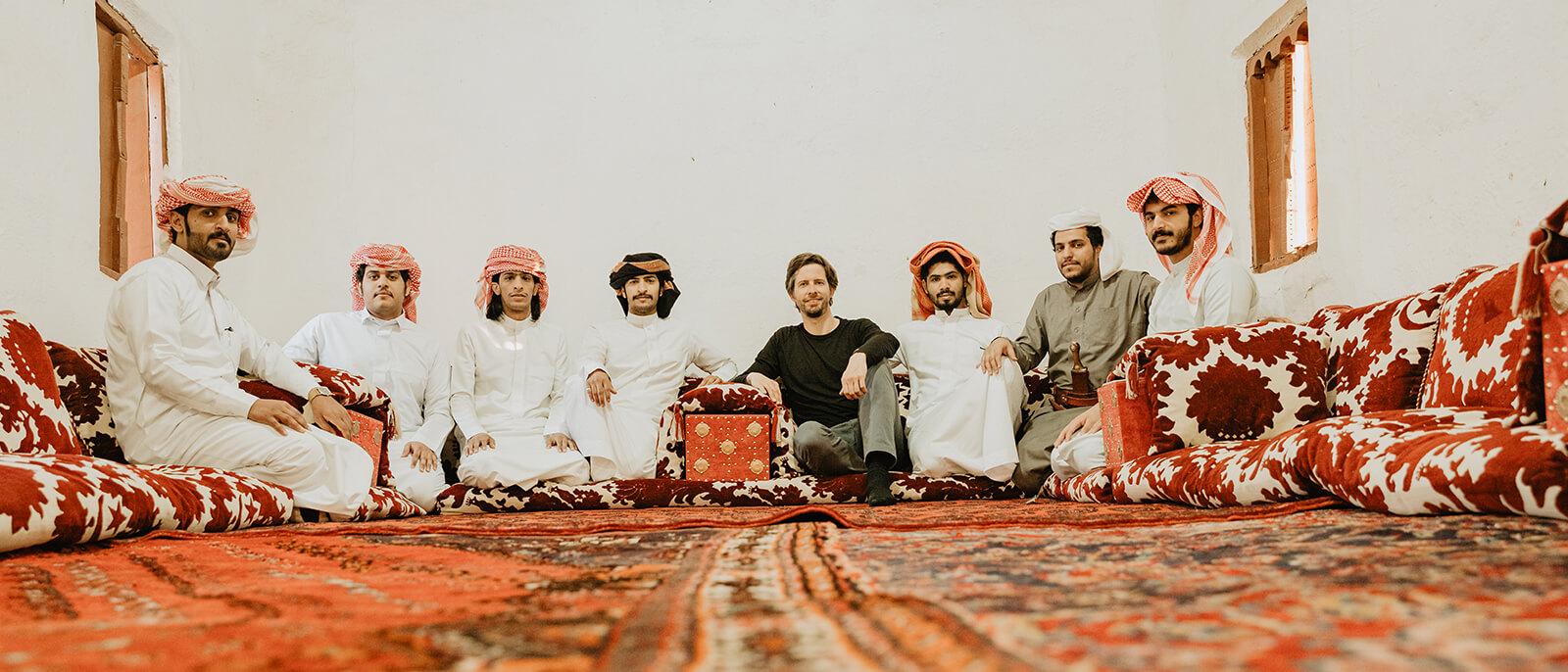 stephan orth mit arabischen maennern auf teppich in saudi-arabien