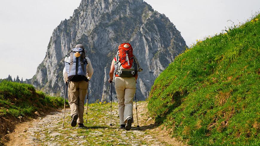 paerchen wandert durch die berge