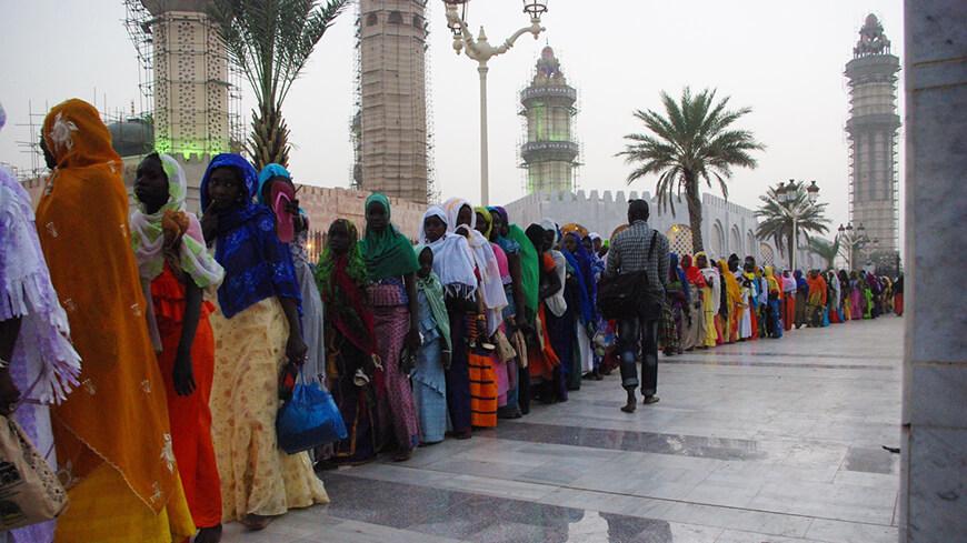 menschen stehen in einer schlange in indien tempel palast