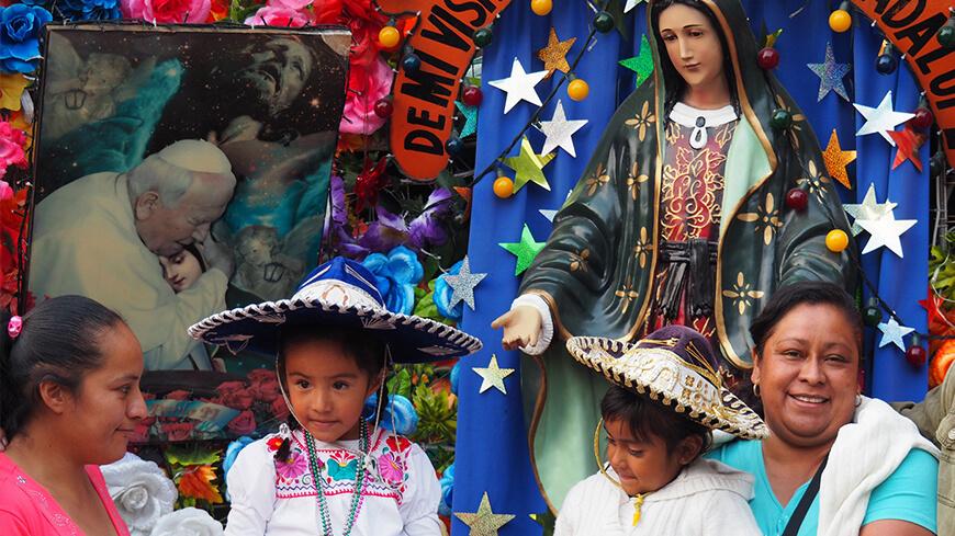 kinder und frauen vor maria in mexiko